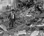 Una persona camina sobre los escombros de la AMIA