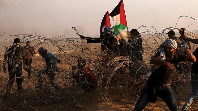 Palestinos generando disturbios en la frontera con Gaza