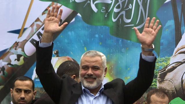 El líder de Hamas, Ismail Haniyeh, asiste a un desfile militar en Gaza después de que el grupo se adjudicara la victoria en la guerra de 2014 con Israel