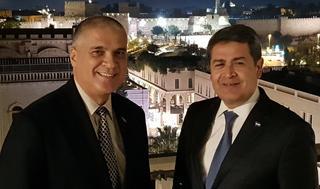 Embajador Mattanya Cohen junto a Juan Orlando Hernández en Jerusalem