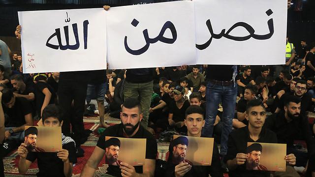 Seguidores de Hezbolla miran el discurso televisado de Hassan Nasrallah en Beirut