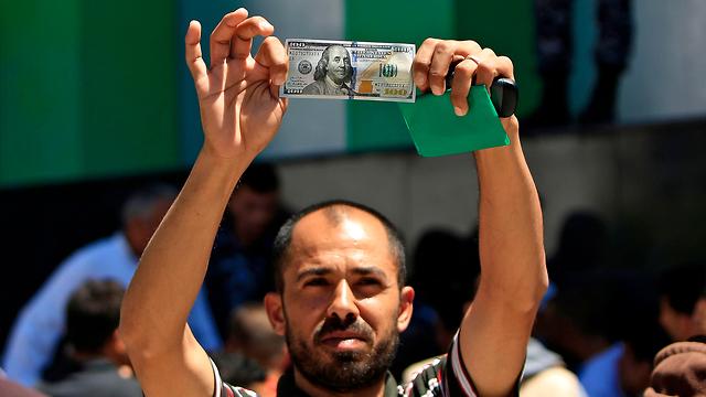 Palestino enseña el dinero brindado por Qatar