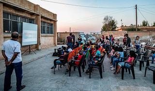 Clase en el patio de una escuela siria