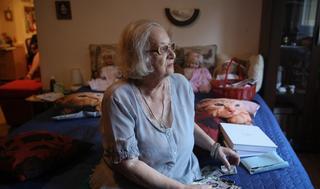 La sobreviviente Ester Bajer en su casa de Belgrado