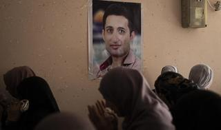 Mujeres palestinas rezan durante el funeral de Tamer al-Sultan en Gaza