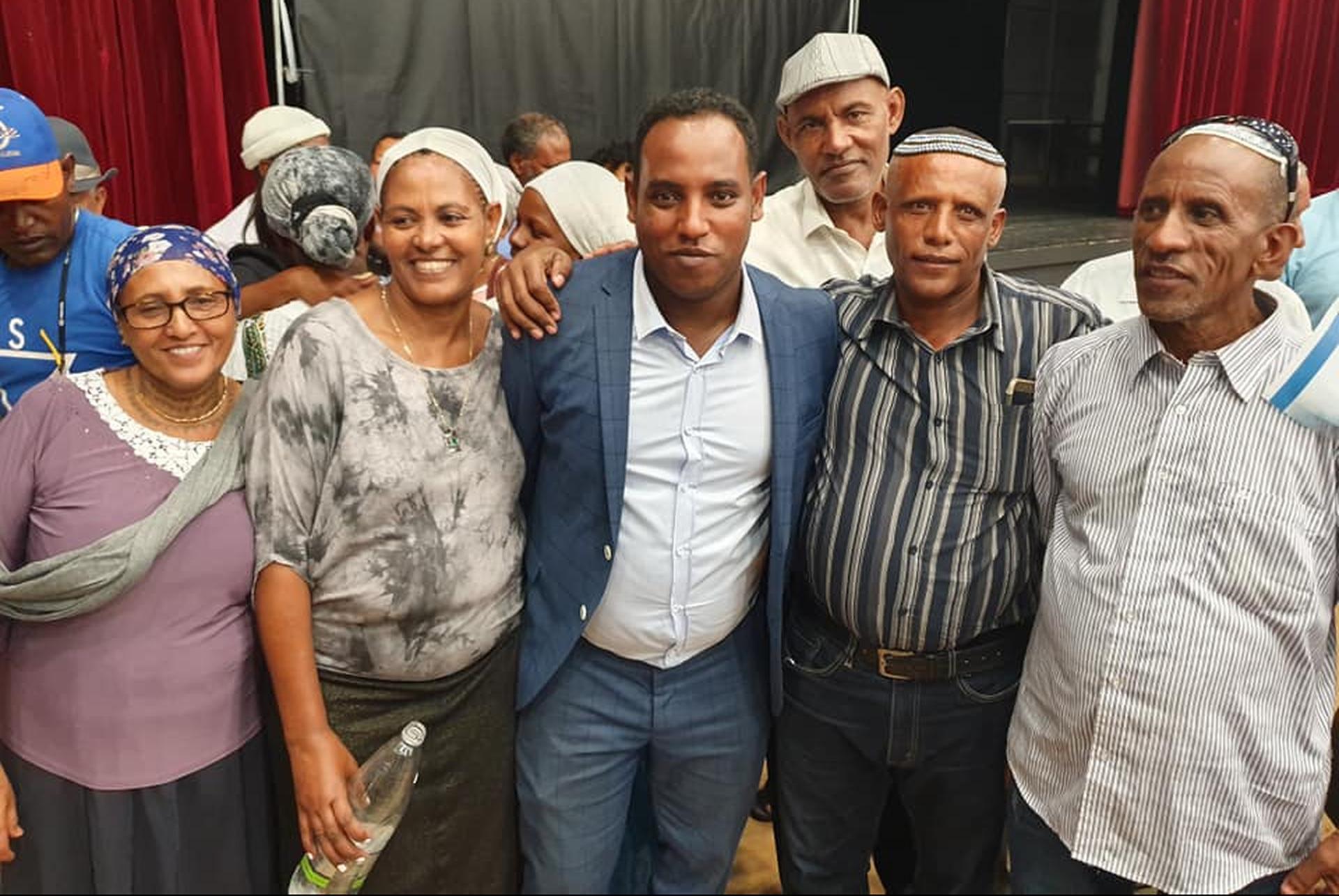 Gadi Yevarkan junto a integrantes de la comunidad etíope de Israel