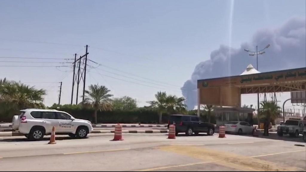 El humo del incendio provocado por los rebeldes yemeníes