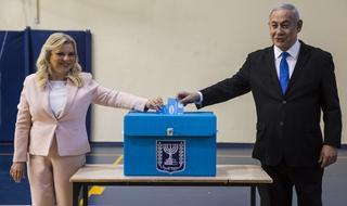 El primer ministro asistió a las urnas junto a su esposa Sara
