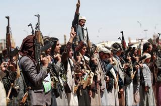 Yemeníes sosienten su armas