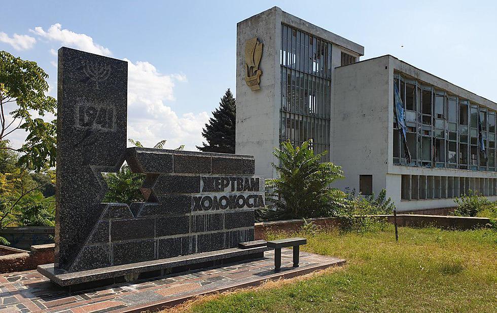 Un monumento del Holocausto en un edificio abandonado junto al río en Tiraspol