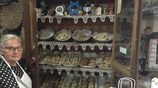 Panadería vendiendo delicias judías en Ribadavia