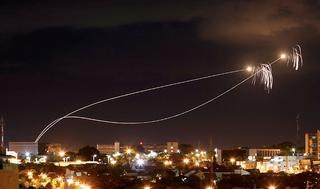 La cúpula de hierro israelí interceptando misiles provenientes de Gaza
