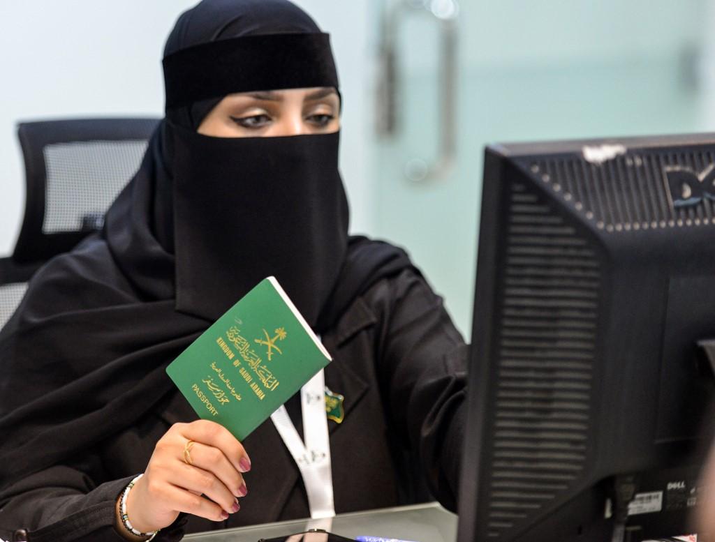 Mujer saudita completando un formulario