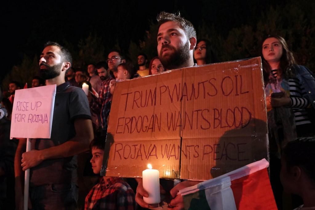 Kurdos iraquies sostienen velas en repudio a la ofensiva turca en el norte de Siria