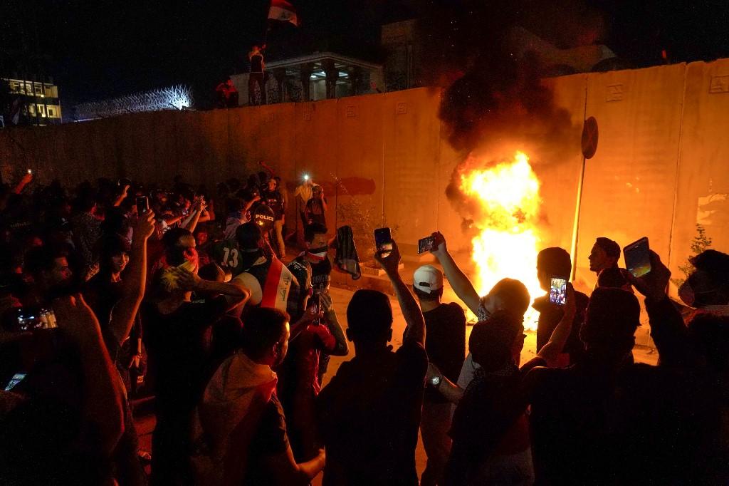 Protestas fuera del consulado iraní en Kerbala