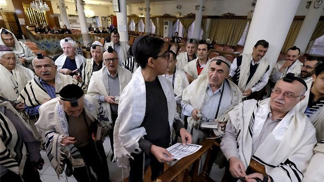 Rezo en una sinagoga iraní