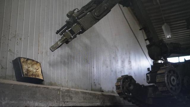 Un robot se acerca a un artefacto explosivo