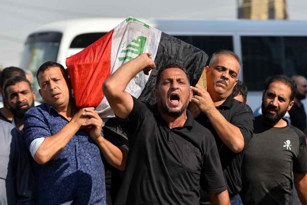 Un grupo de hombres trasladan el ataúd con un manifestante que murió durante las protestas