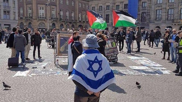 Un manifestante proisraelí frente a una protesta del BDS.
