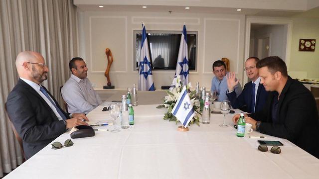 Los equipos negociadores de Kajol Laban e Yisrael Beteinu anunciaron avances