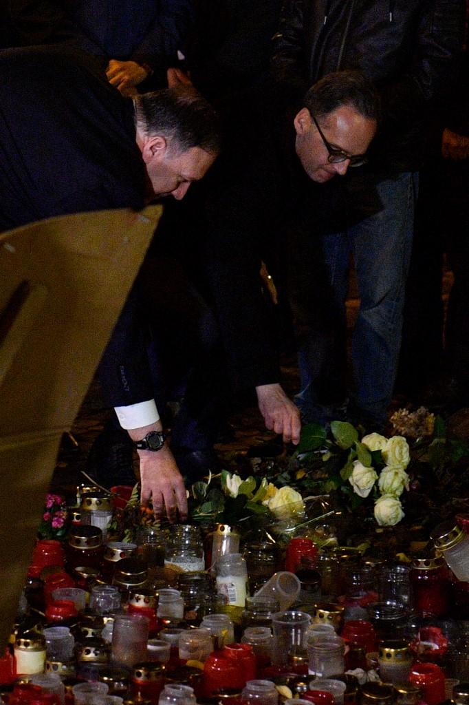 Mike Pompeo dejó flores en el lugar del ataque.