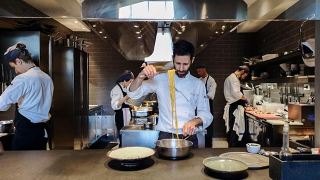 Erez Ohayon en su cocina.