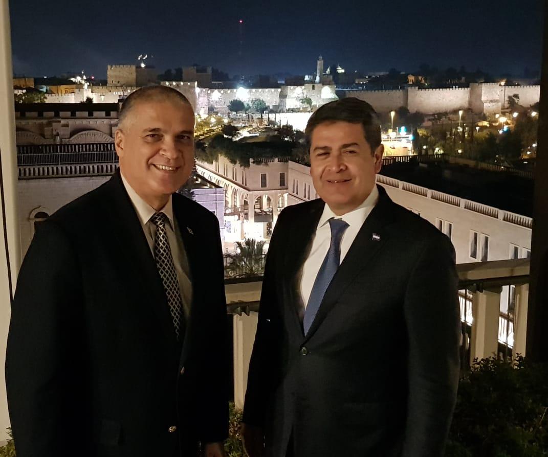 Mattanya Cohen junto a Juan Orlando Hernández en Jerusalem