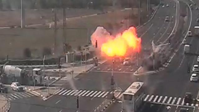 Un cohete cae sobre la ruta 4 en Gan Yavne