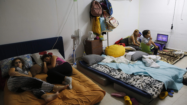 Muchos residentes del sur abandonan sus hogares para permanecer en los refugios durante los ataques desde Gaza