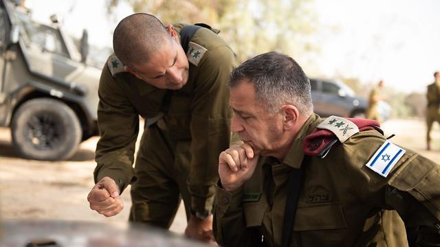 El Jefe de Estado Mayor de las FDI, Aviv Kochavi, habla sobre la violencia en Gaza con un oficial superior