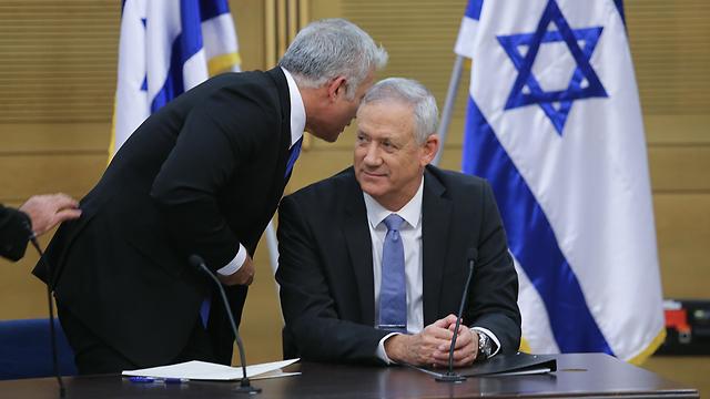 Gantz y Lapid durante la reunión partidaria de Kajol Labán