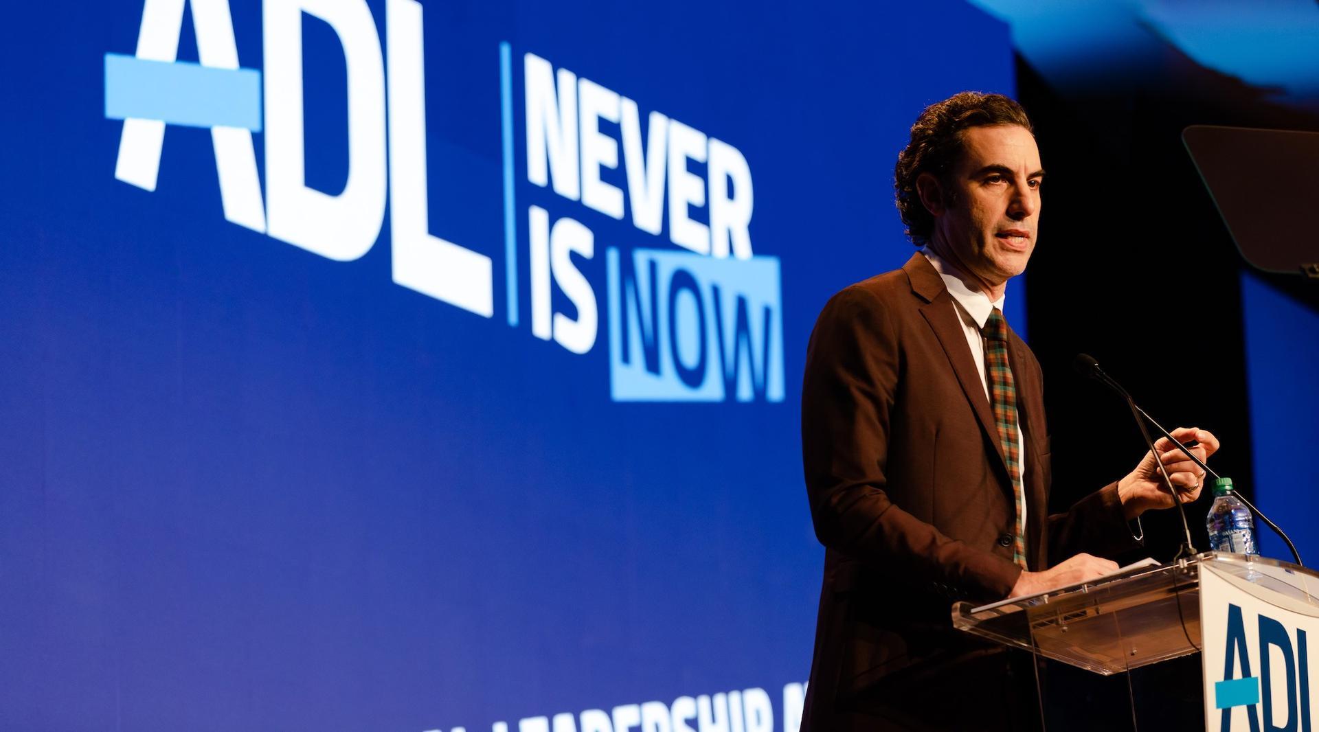 Sacha Baron Cohen en la conferencia de la ADL