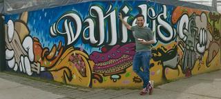 Daniel en el frente de su local en Santiago.