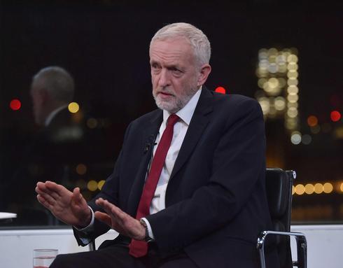 El líder laborista Jeremy Corbyn habla con Andrew Neil de la BBC