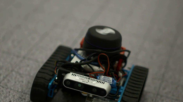 Un vehículo robótico transmite las imágenes captadas por los mini drones