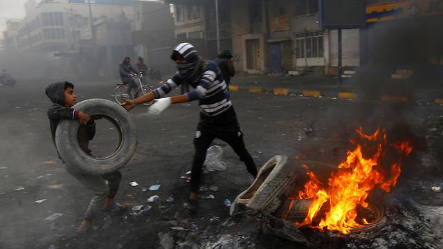 Manifestantes prenden fuego neumáticos en Najaf