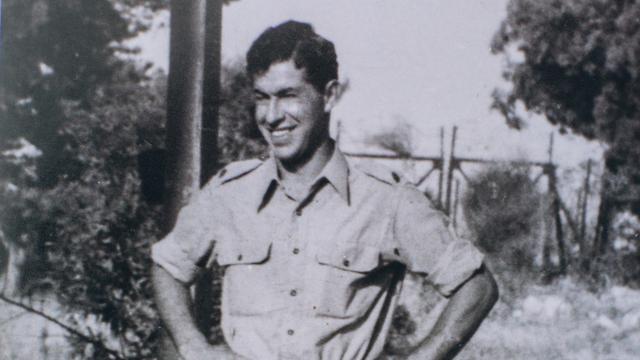 El joven Avraham Dar con el uniforme de las FDI