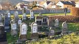 Graffiti antisemita en un cementerio judío en el este de Francia