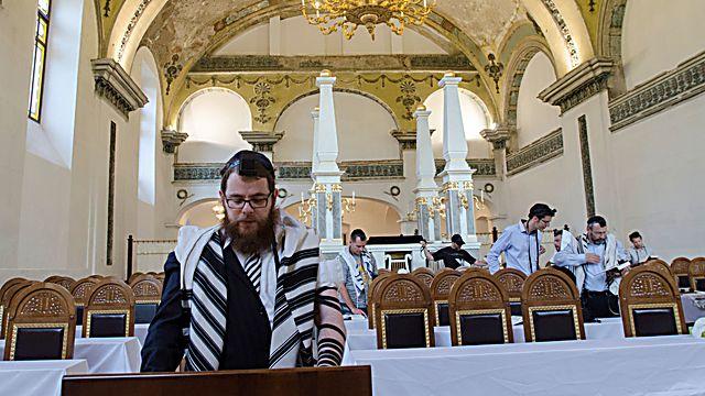 El rabino Shlomo Kovesh reza en la sinagoga Obuda
