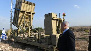 "El primer ministro Netanyahu junto a la ""Cúpula de Hierro""."