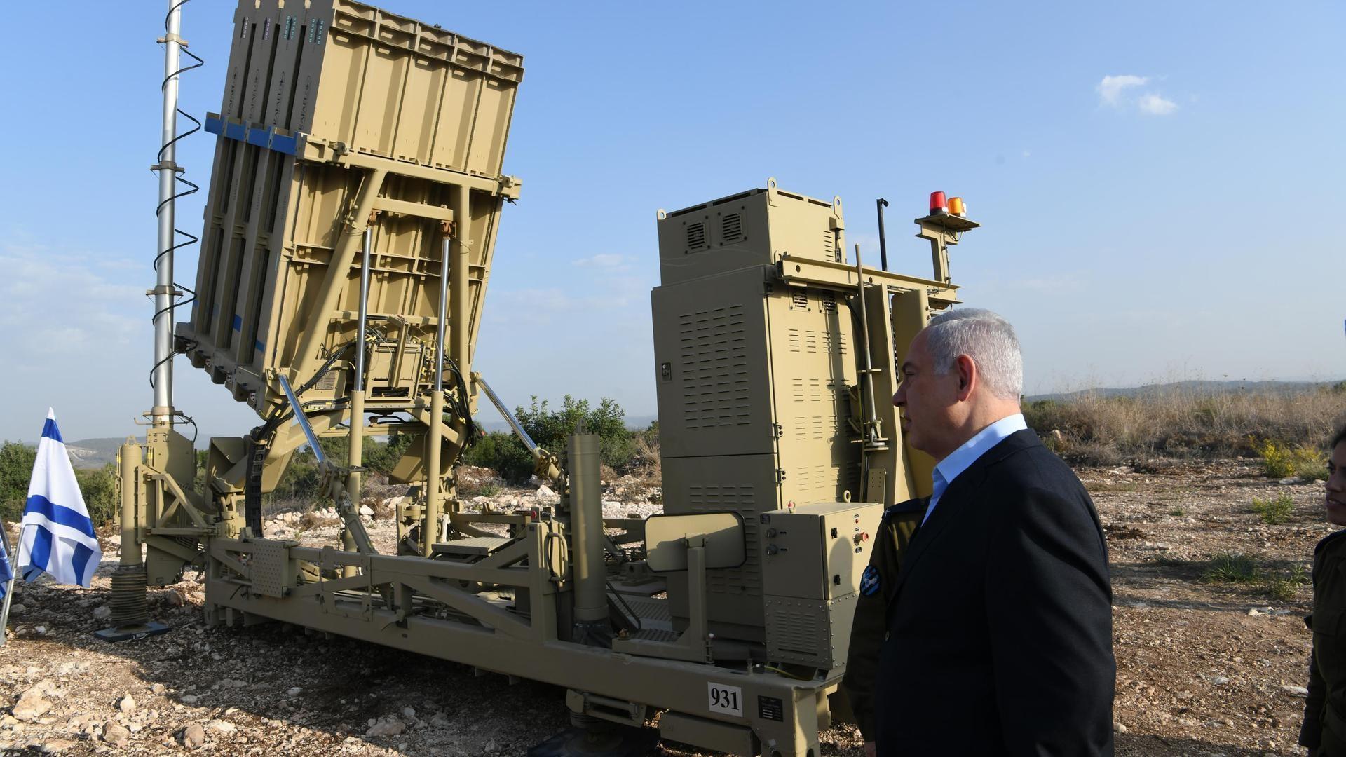 "El primer ministro Netanyahu junto a la ""Cúpula de Hierro"""