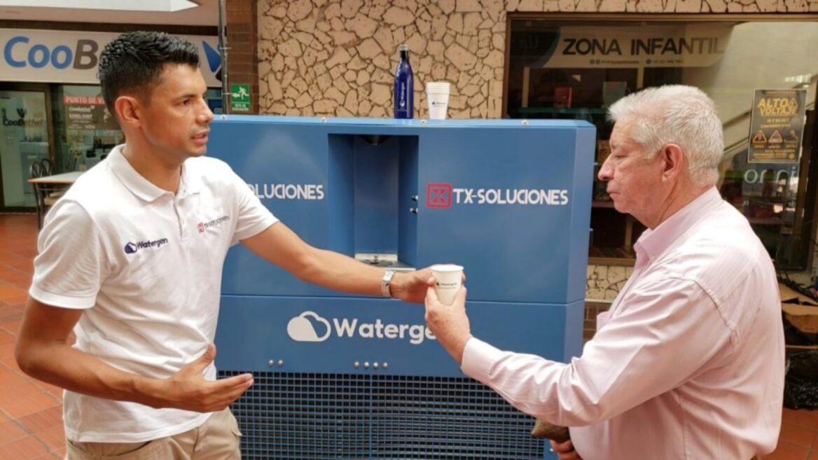 El dispositivo Watergen GEN-M ya se usa en el noreste de Colombia para transformar aire en agua potable.