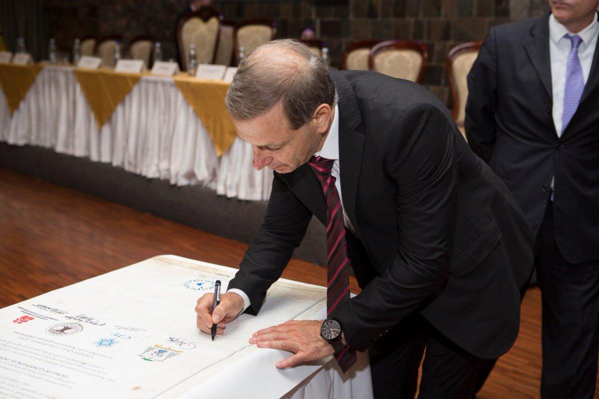 El embajador de Israel en Ecuador, Zeev Harel, firmando el documento
