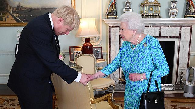Boris Johnson con la reina Elizabeth
