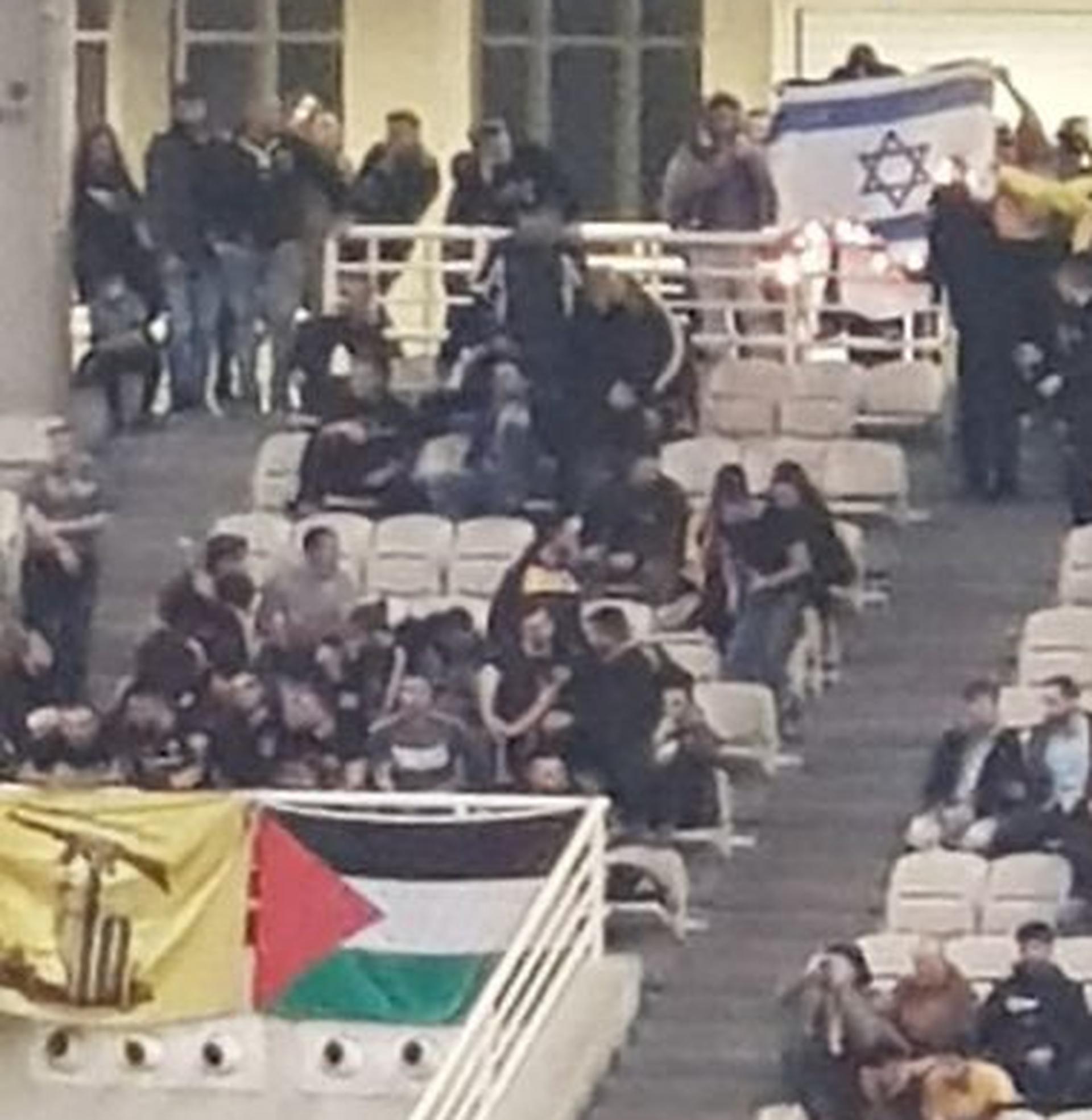 La bandera israelí quemándose durante el encuentro