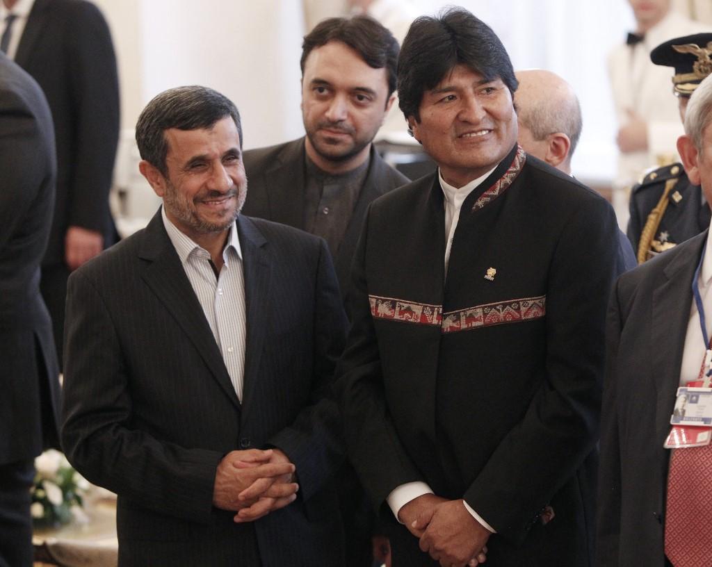 El expresidente iraní, Mahmoud Ahmadinejad, junto a Evo Morales