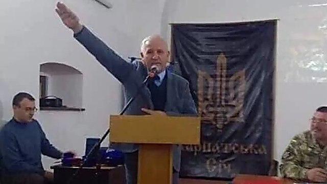 El exdiplomático antisemita hace el saludo nazi durante un discurso