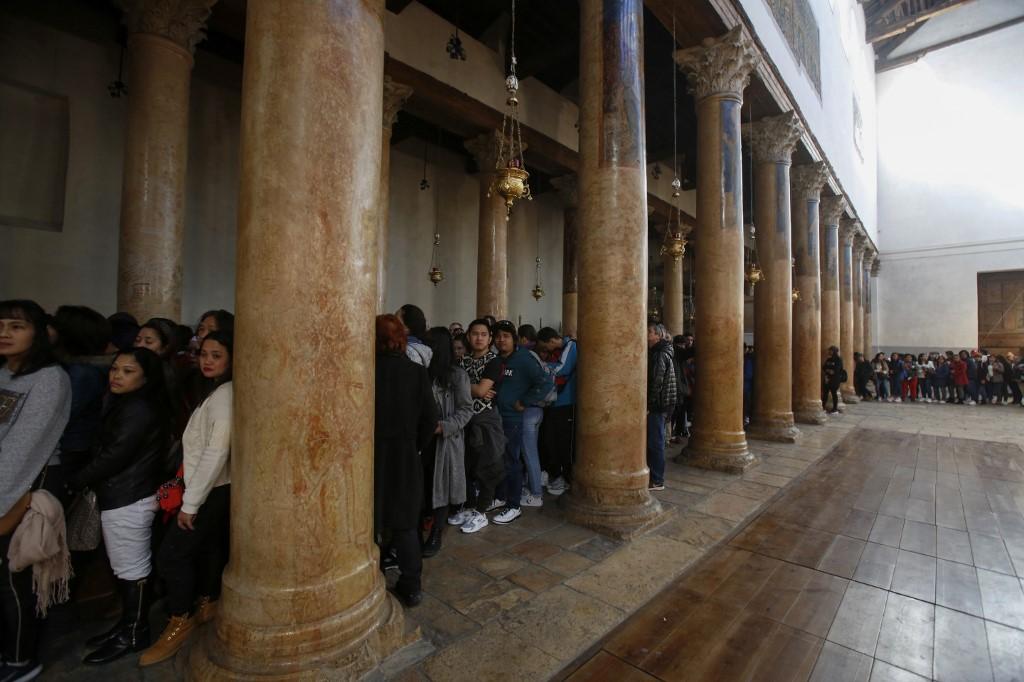 Image result for Largas filas de peregrinos en la iglesia de la Natividad de Belén