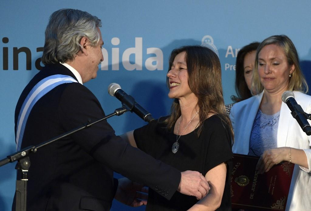 Sabina Frederic se abraza con el presidente Alberto Fernández en el día de su asunción como ministra de Seguridad
