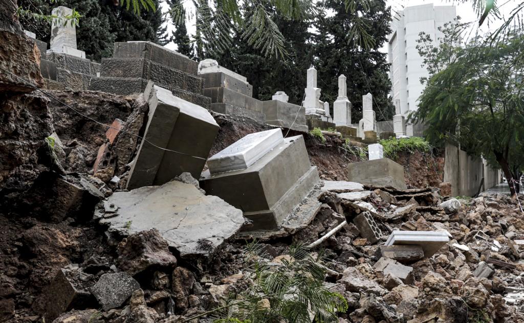 Las fuertes lluvias destruyeron algunas lápidas en el cementerio judío en Beirut